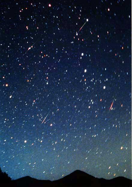 満面の星空に複数の流れ星